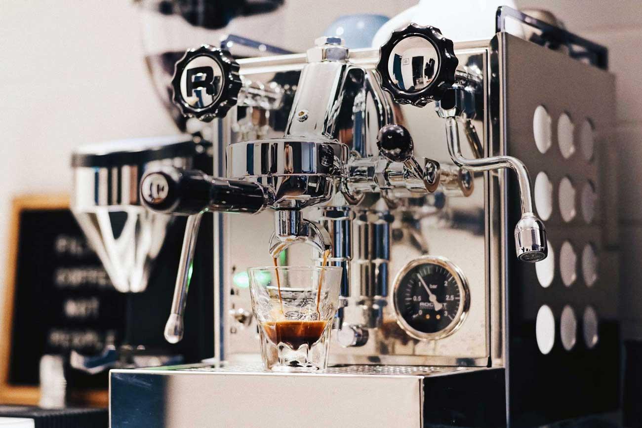 kaffeemaschine-siebtraeer-mit-glas