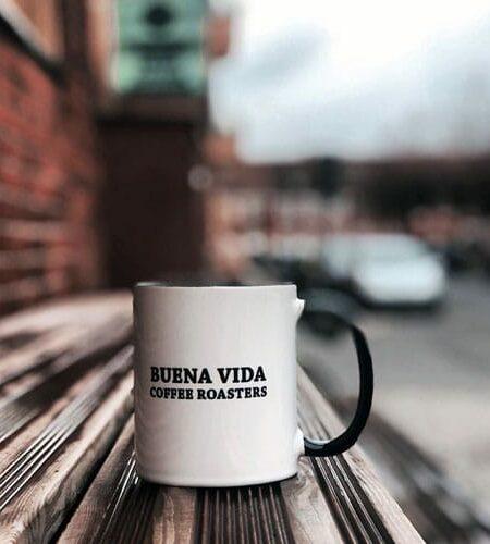 Buena Vida Kaffeetasse auf einer Holzbank